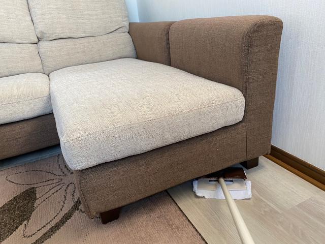 家具の下の雑巾がけ