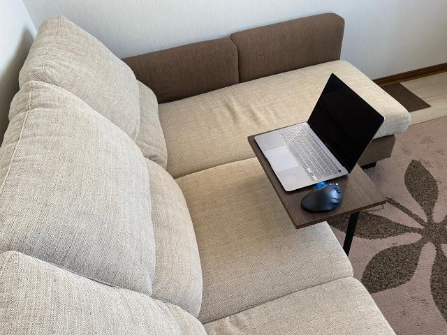 サイドテーブルでパソコン作業